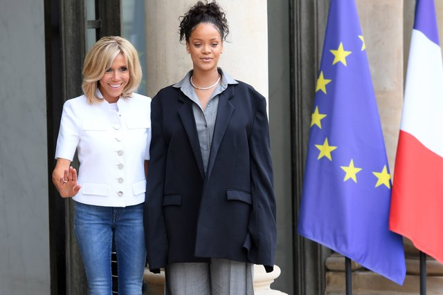 В узких джинсах и белом жакете: первая леди Франции встретилась с Рианной