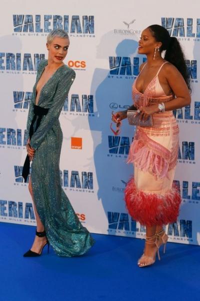 Битва декольте: Кара Делевинь и Рианна очаровали смелыми нарядами на премьере фильма