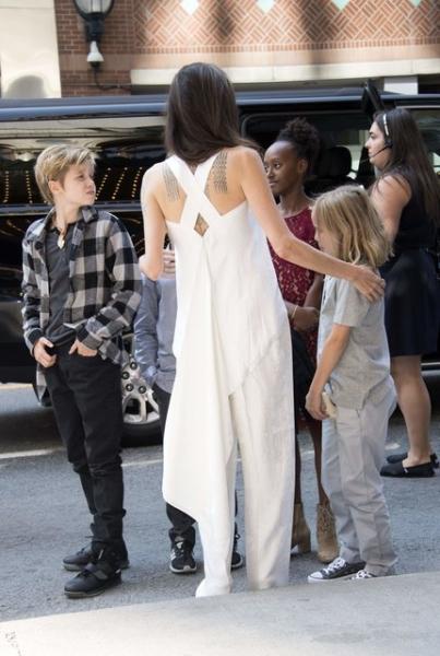 Анджелина Джоли приехала на кинофестиваль в Торонто c детьми и вызвала фурор в белом костюме