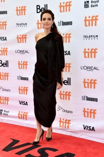Выглядит чудесно: хрупкая Анджелина Джоли позировала с детьми в платье в греческом стиле