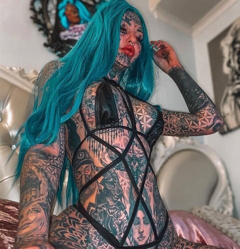 Усыпанная татуировками австралийская модель выкрасила белки глаз в голубой цвет