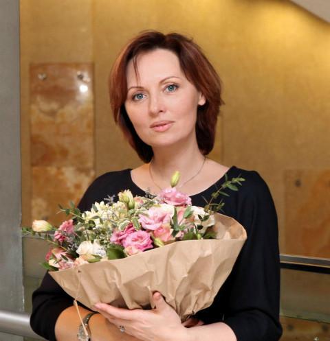 Елену Ксенофонтову домогался отчим: «Бил мать до мяса, мог вылить горшок с мочой на меня»