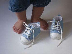Как выбрать обувь ребенку для первых шагов?